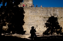 A tourist takes selfies as others visit Sao Jorge Castle in Lisbon on July 2, 2016. / AFP PHOTO / PATRICIA DE MELO MOREIRA